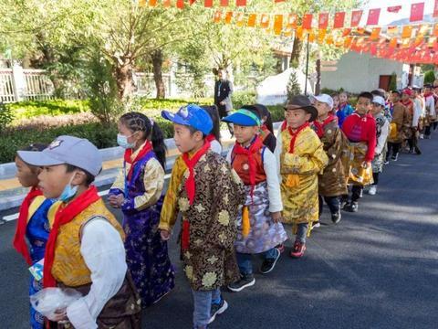 昌都市组织广大青少年学生代表参观昌都解放70周年系列展馆