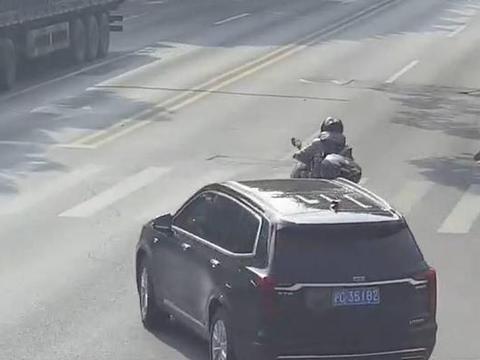 金山一男子超车别车还挑衅,摩托车主被处罚