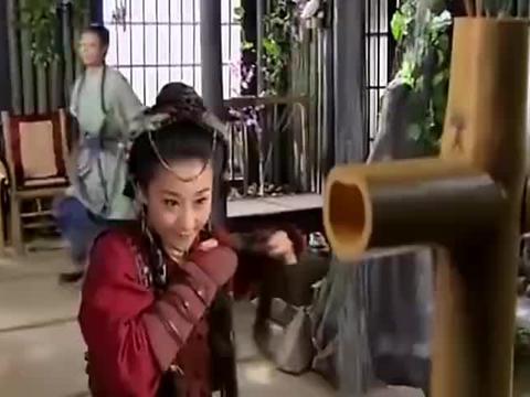 杨宗保和穆桂英比武打累了,突然穆桂英请他进去坐坐,杨宗保吓坏