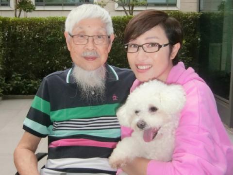陈法蓉晒父女开心合影为爸爸庆生 至今单身与父亲相依为命