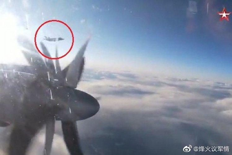 挪威F-16和意大利F-35A贴身伴飞俄军图-142反潜机