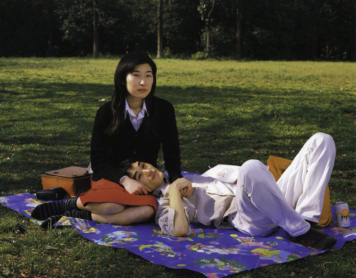 《野餐》日本摄影师濑户正人用中画幅在代代木公园拍摄的情侣肖像系