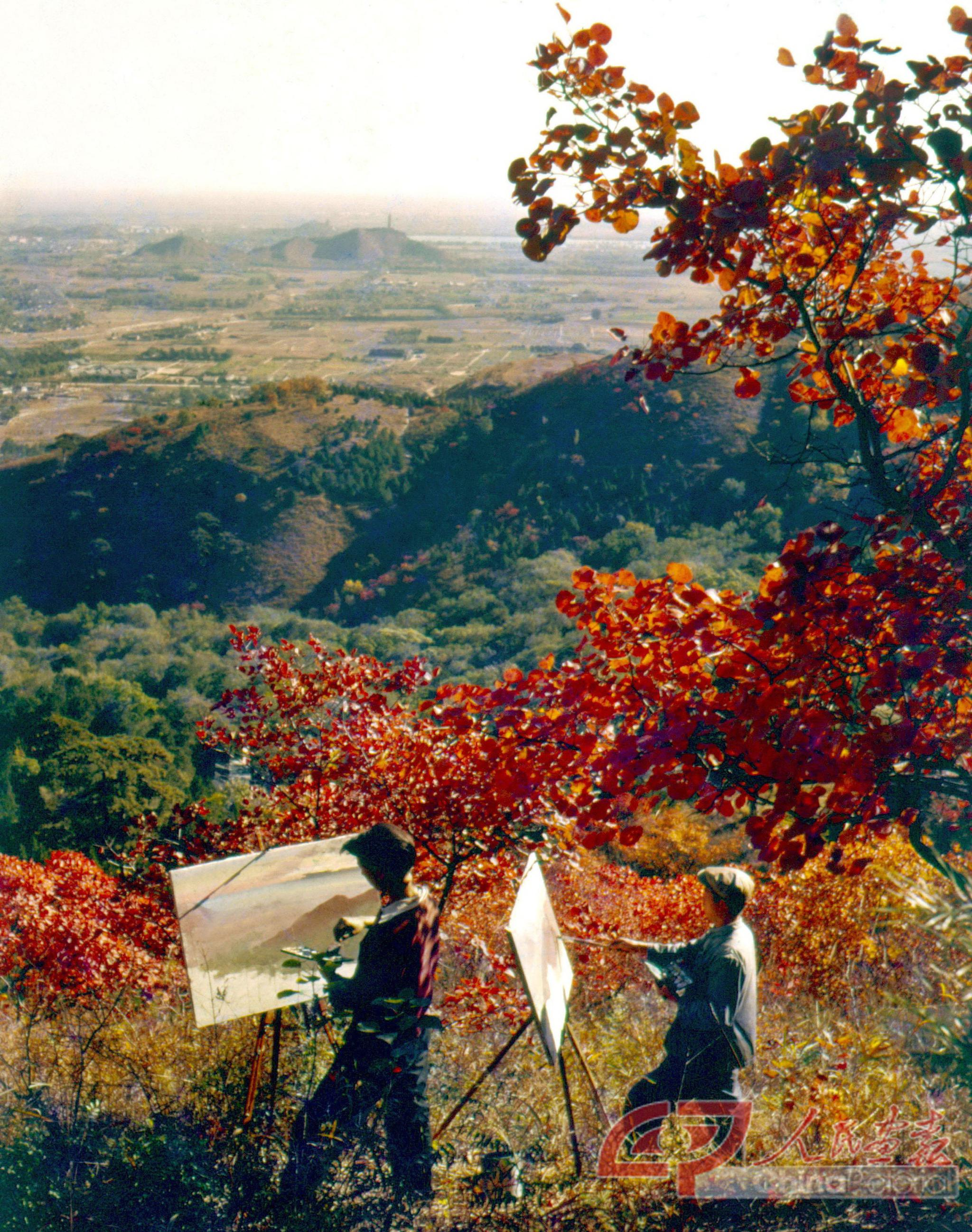 1960年秋天的北京香山,两位画家在红叶下写生
