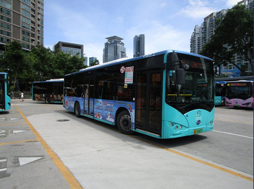 车身广告的公交车,穿行在中国第一经济特区的大街小巷