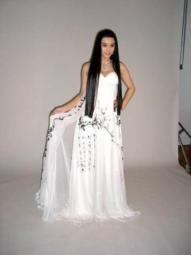 看到喷墨礼裙就想到了范冰冰在柏林国际电影节的踏雪寻梅礼服真的是绝