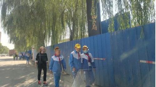 平凉碧桂园江山府附近人行道上现违建,学生被迫走机动车道