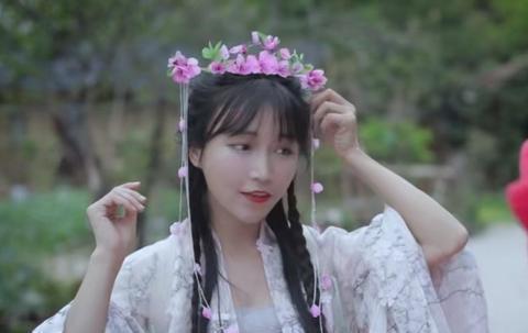 李子柒扮成桃花女神春游!身穿自制汉服戴桃花头饰,却被质疑整容