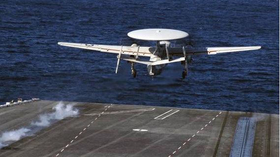 美军E-2C鹰眼预警机意外坠毁,4名机组跳伞逃生