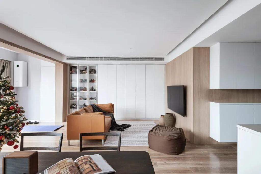 房子采光很好,设计师也会利用,讲客厅餐厅阳台做成了一个整体空间
