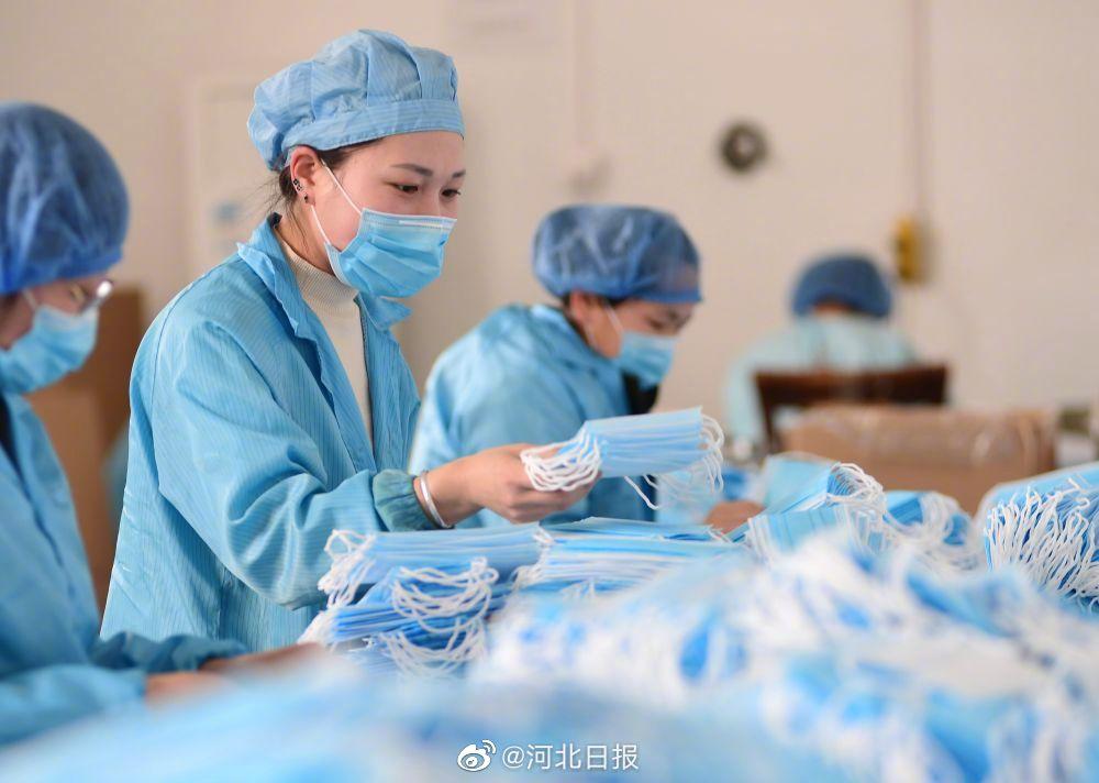 河北迁安:生产中小学生口罩备开学