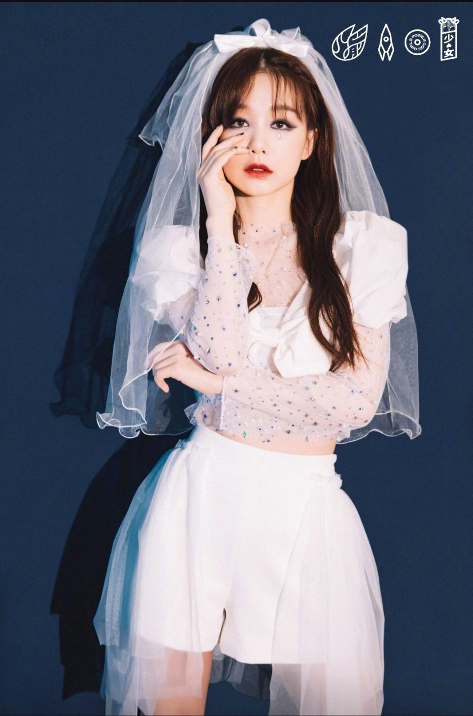 火箭少女全白新娘装造型曝光,烟熏眼妆反差演绎暗黑风!