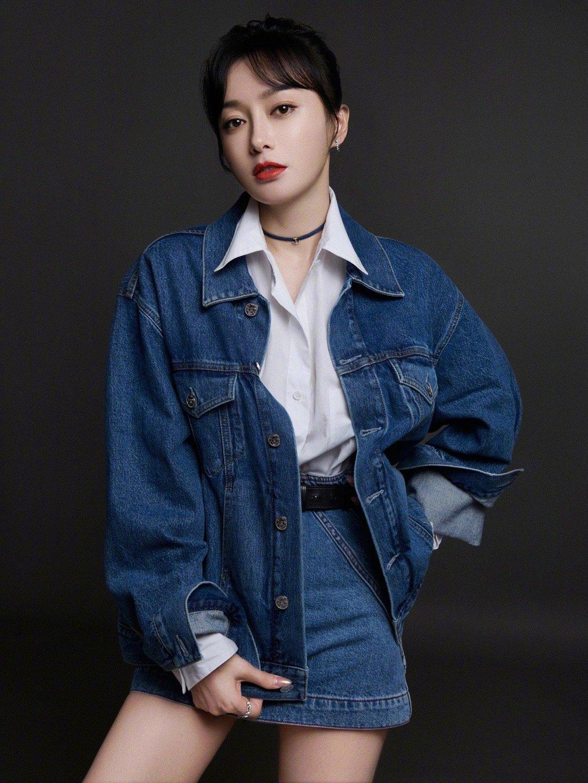 秦岚《快乐大本营》造型,经典蓝色牛仔套装,内搭白色衬衣