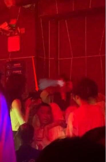 32岁王思聪酒吧与美女贴身热舞举止亲密,这又是哪位女网红呢