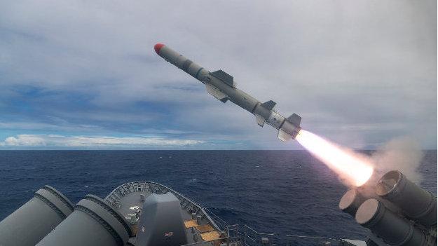 环太平洋演习压轴大戏:反舰导弹实弹射击靶船,3枚导弹命中靶船