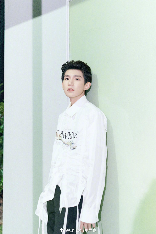 王源身穿Off-White不规则下摆衬衫