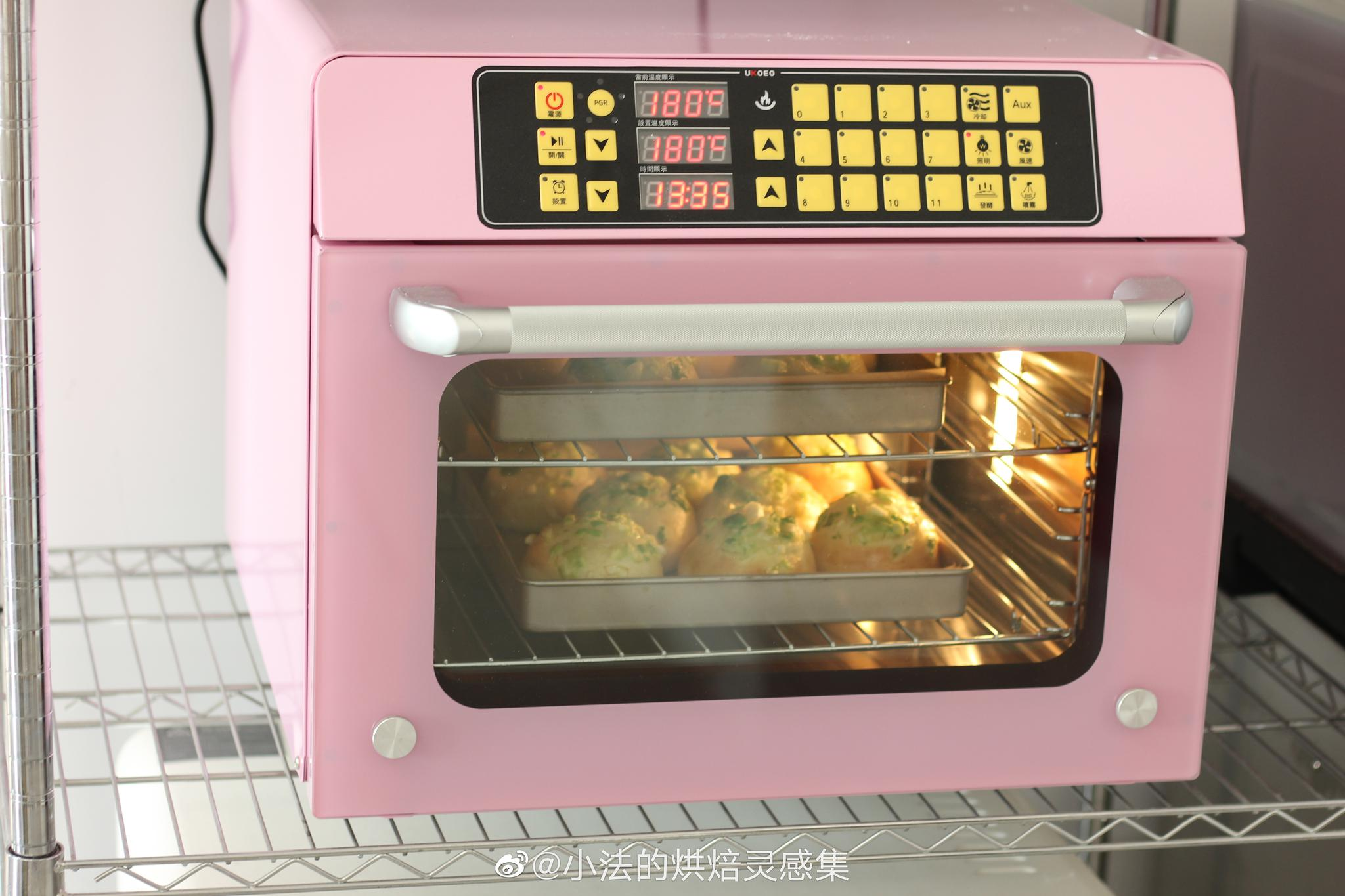 新烤箱磨合中,咱们小法团的t45两盘餐包~葱香四溢啊~