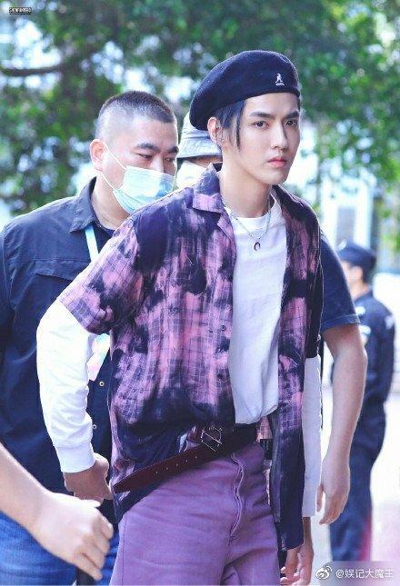 吴亦凡去深圳创造营当飞行导师了,新鲜的吴亦凡,紫色套装+贝雷帽