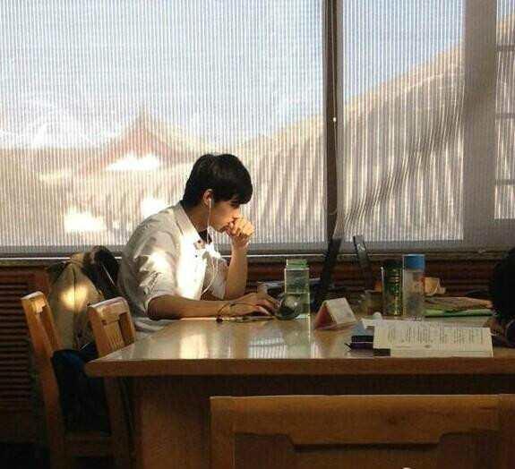 今天挖到一个校草本草——曾经的北大图书馆男神@韦骁龙Raul