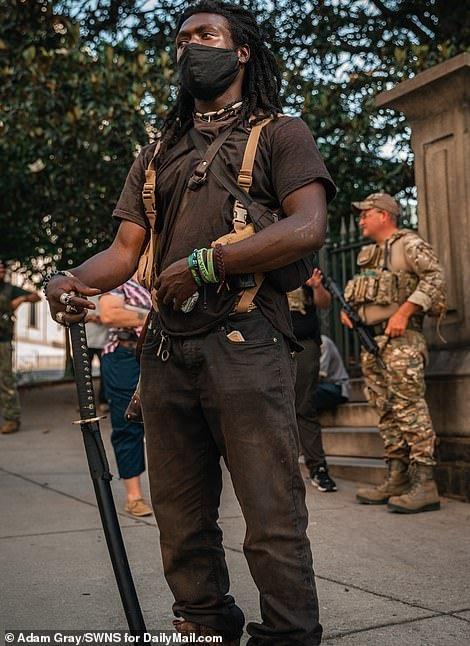 """美国弗吉尼亚州里士满的""""黑命贵""""(BLM)积极分子和右翼组织一起持枪"""