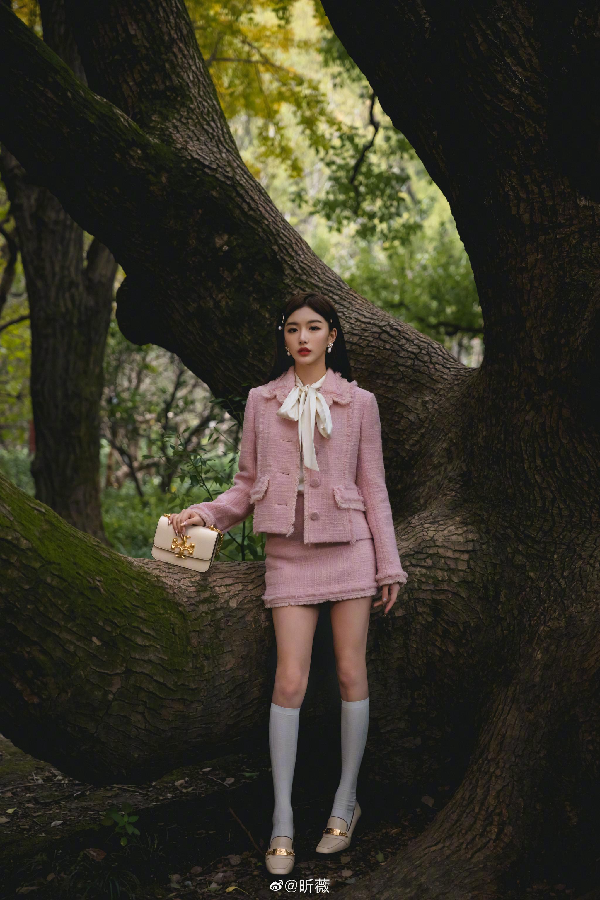 孔雪儿身着粉色短裙,超大蝴蝶结配饰加持…………