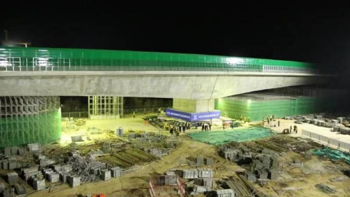 万吨桥梁跨越高铁,天堑变通涂