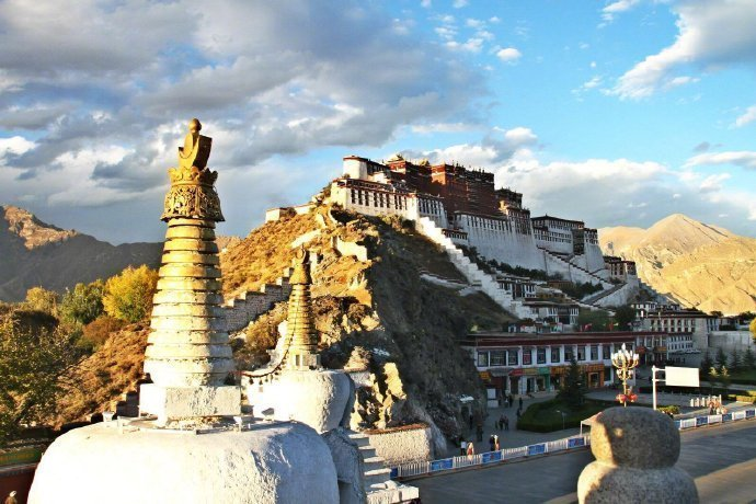 西藏十大值得去的地方1、布达拉宫(拉萨)2、扎什伦布寺(日喀则