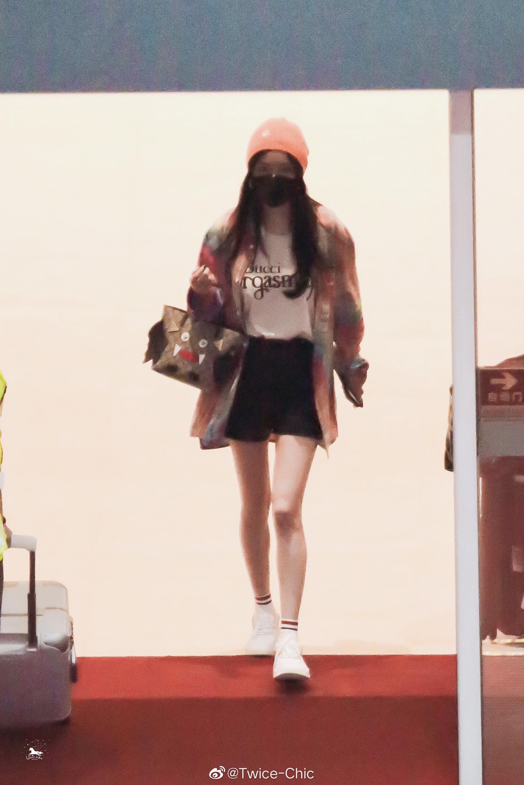 杨幂今日广州机场穿搭,橙色针织帽搭配扎染格纹衬衫