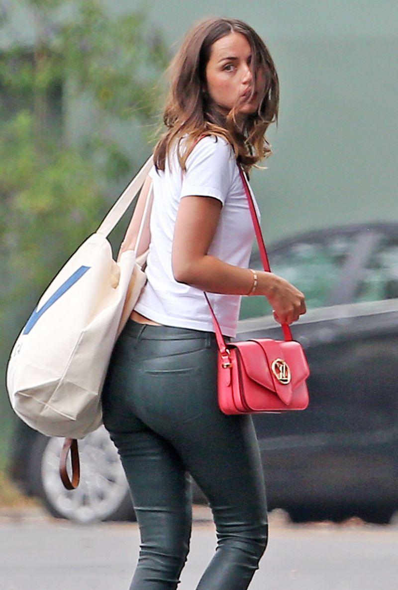 安娜·德·阿玛斯(Ana de Armas)着皮裤休闲装-离开威尼斯海滨别墅05/