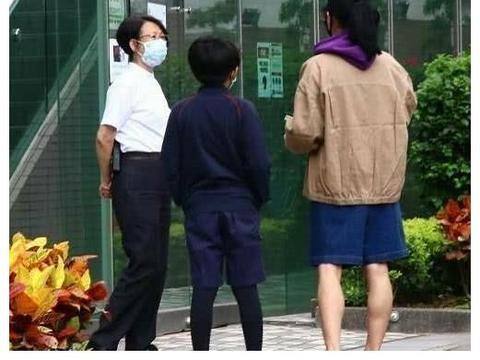 张柏芝一天跑3趟接送儿子,卫衣配环保袋像大妈,网友:孩子爸呢