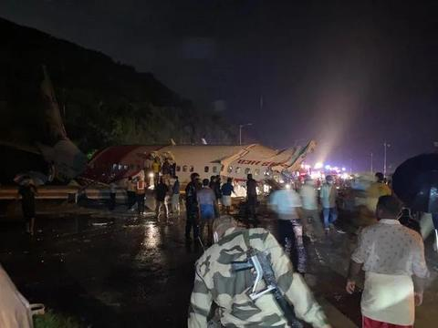突发!飞机降落时冲出跑道,已造成17人死亡