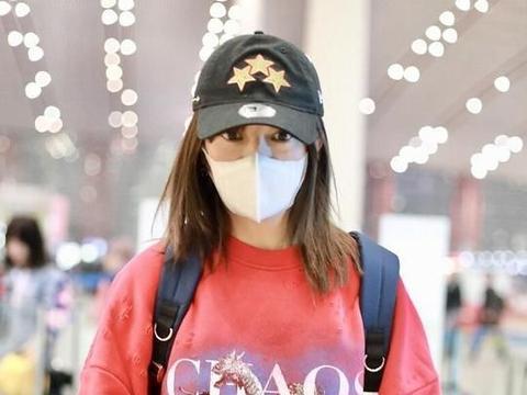 赵薇帽子口罩包裹严实很低调,穿红色卫衣搭紧身牛仔裤美腿吸睛