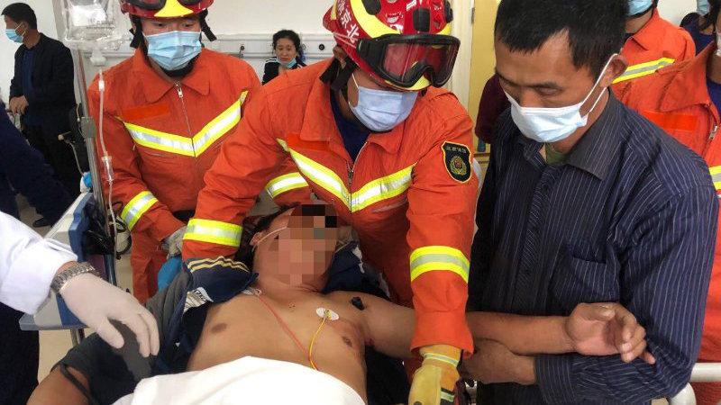 北京突发:男子肩膀被1米多钢筋穿透,消防员紧急救援