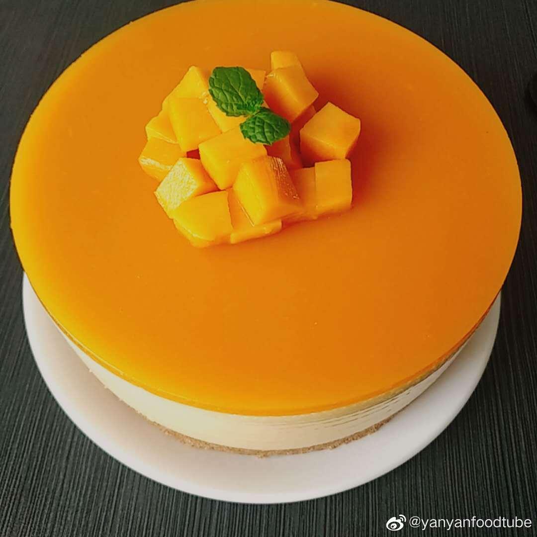 群里小伙伴分享了自己做的芒果慕斯蛋糕  黄橙橙的,看着很喜人呢