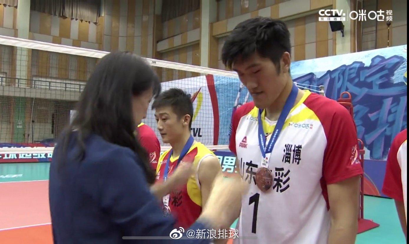 中国排球协会副主席赖亚文为山东颁奖