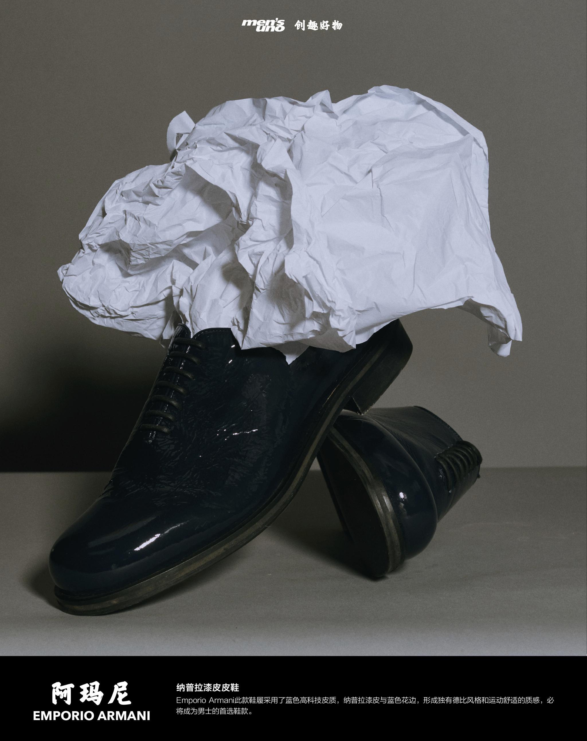 Emporio Armani此款鞋履采用了蓝色高科技皮质……