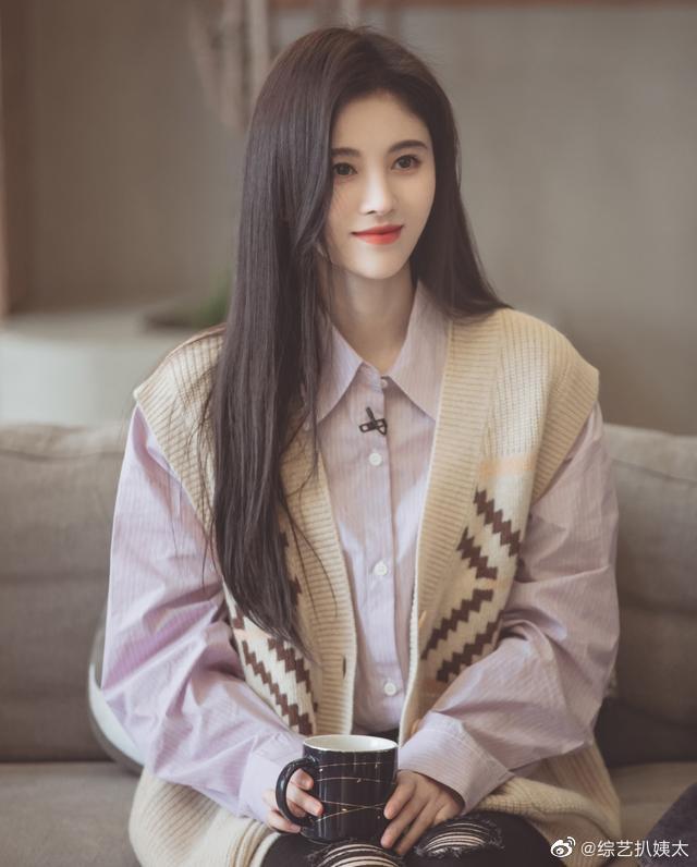 鞠婧祎做客《朋友请听好》,大秀衬衫多种穿法,散着头发很像一人