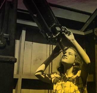 她是暗物质领域研究的开创者,克林顿亲自为其颁奖,享有盛誉