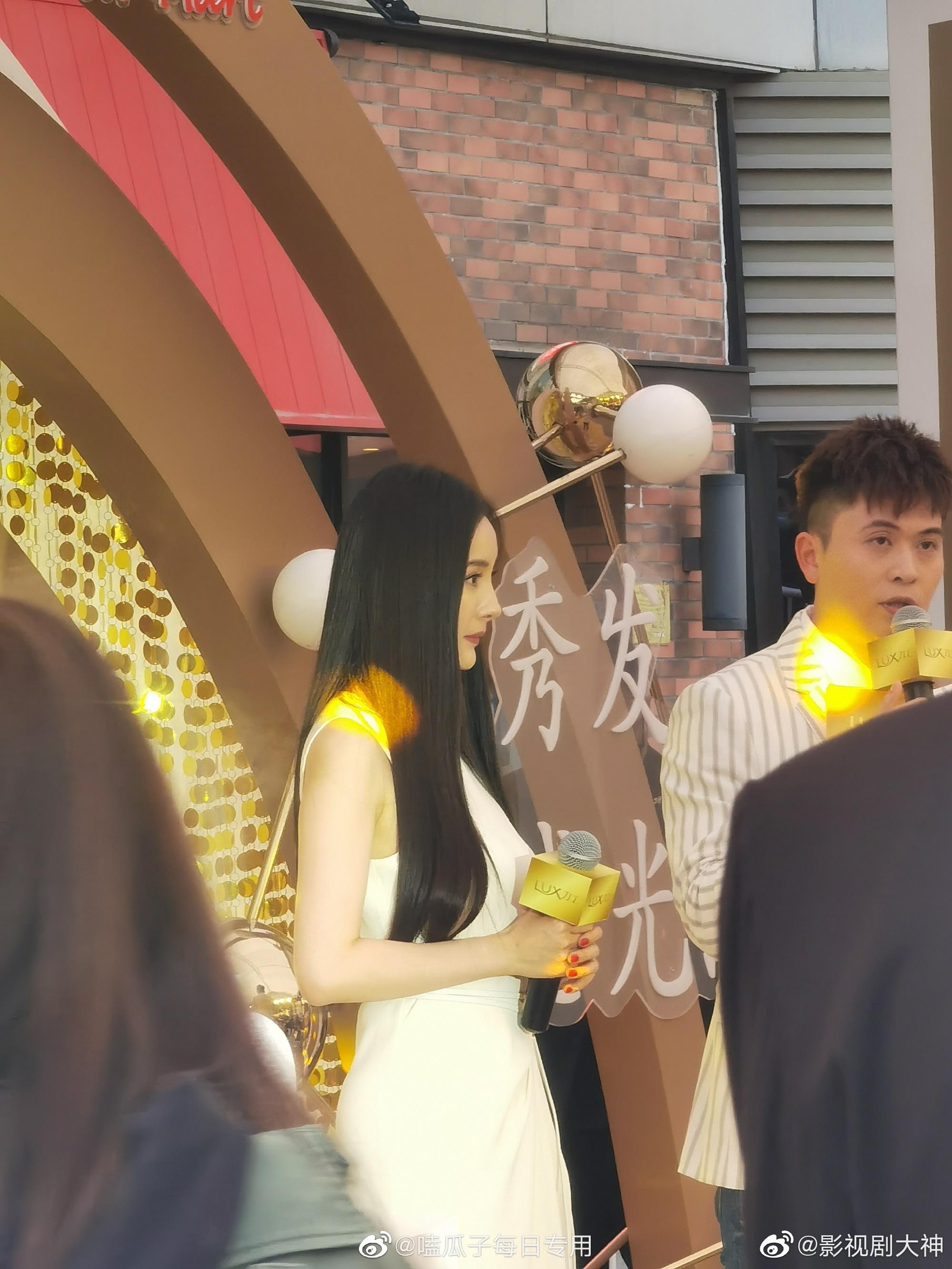 杨幂今天在上海参加活动路透生图,一袭白色长裙超仙的啊!