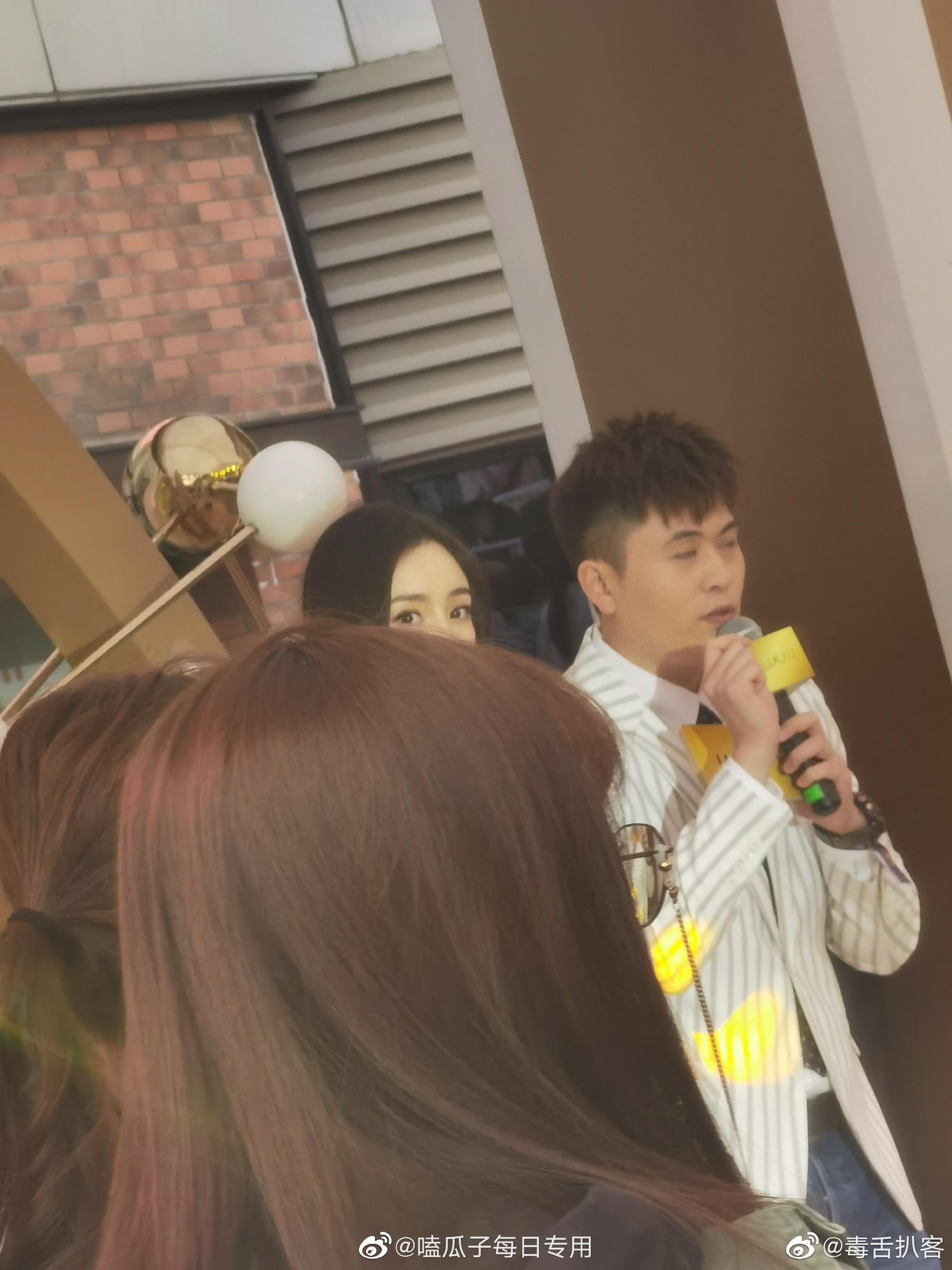 杨幂今天上海参加活动生图,黑长直搭配白色长裙