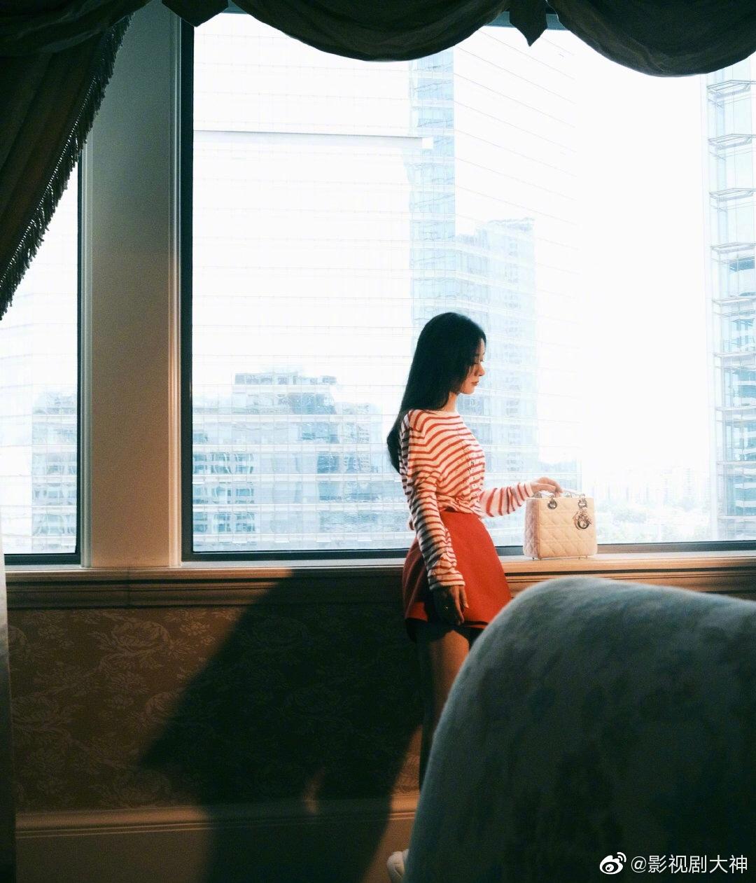 赵丽颖今天参加品牌活动的造型,红色条纹上衣搭配同色系短裙