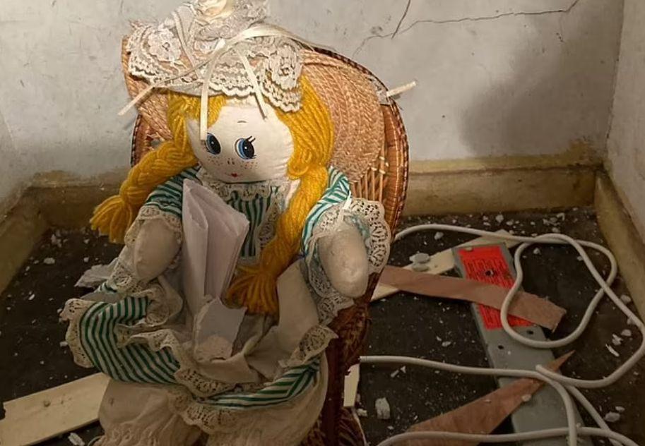 现实版《死寂》?房主在墙里发现神秘布偶,手里物品让人倒吸凉气