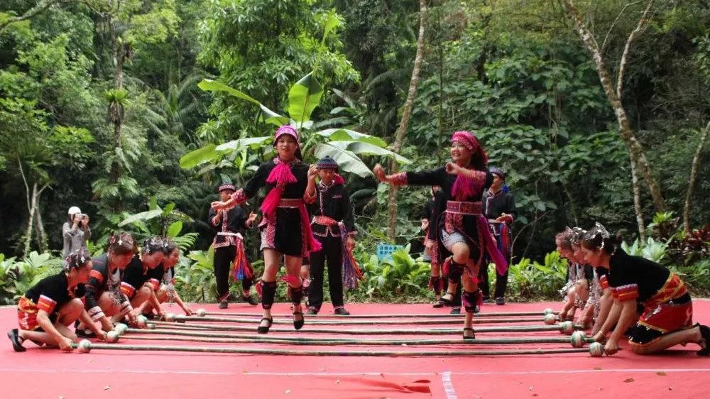 琼中黎苗三月三原生态音乐、舞蹈、竹竿舞等大众文化活动表演开始了