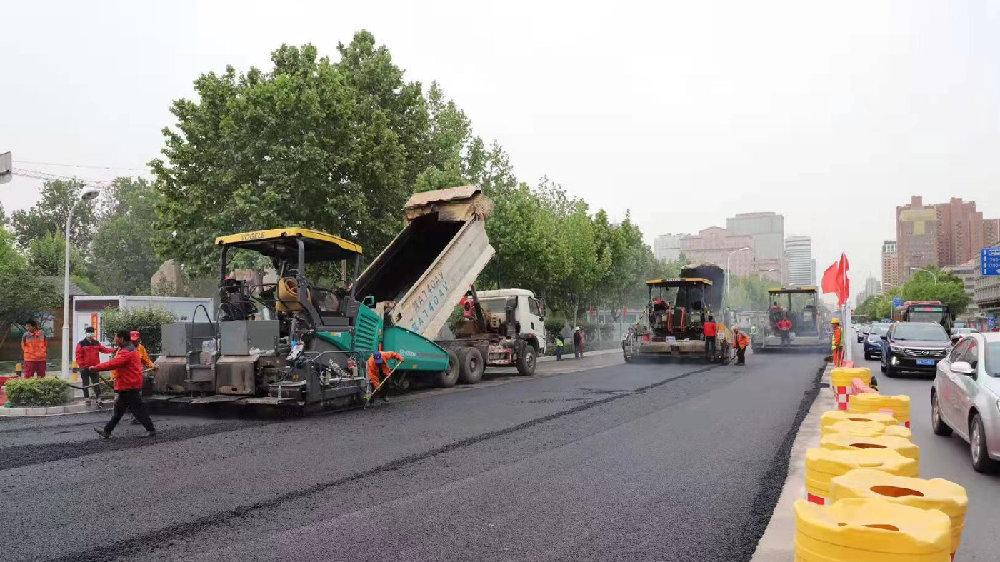 石家庄中华大街道路提升改造工程东半幅机动车道即将完成