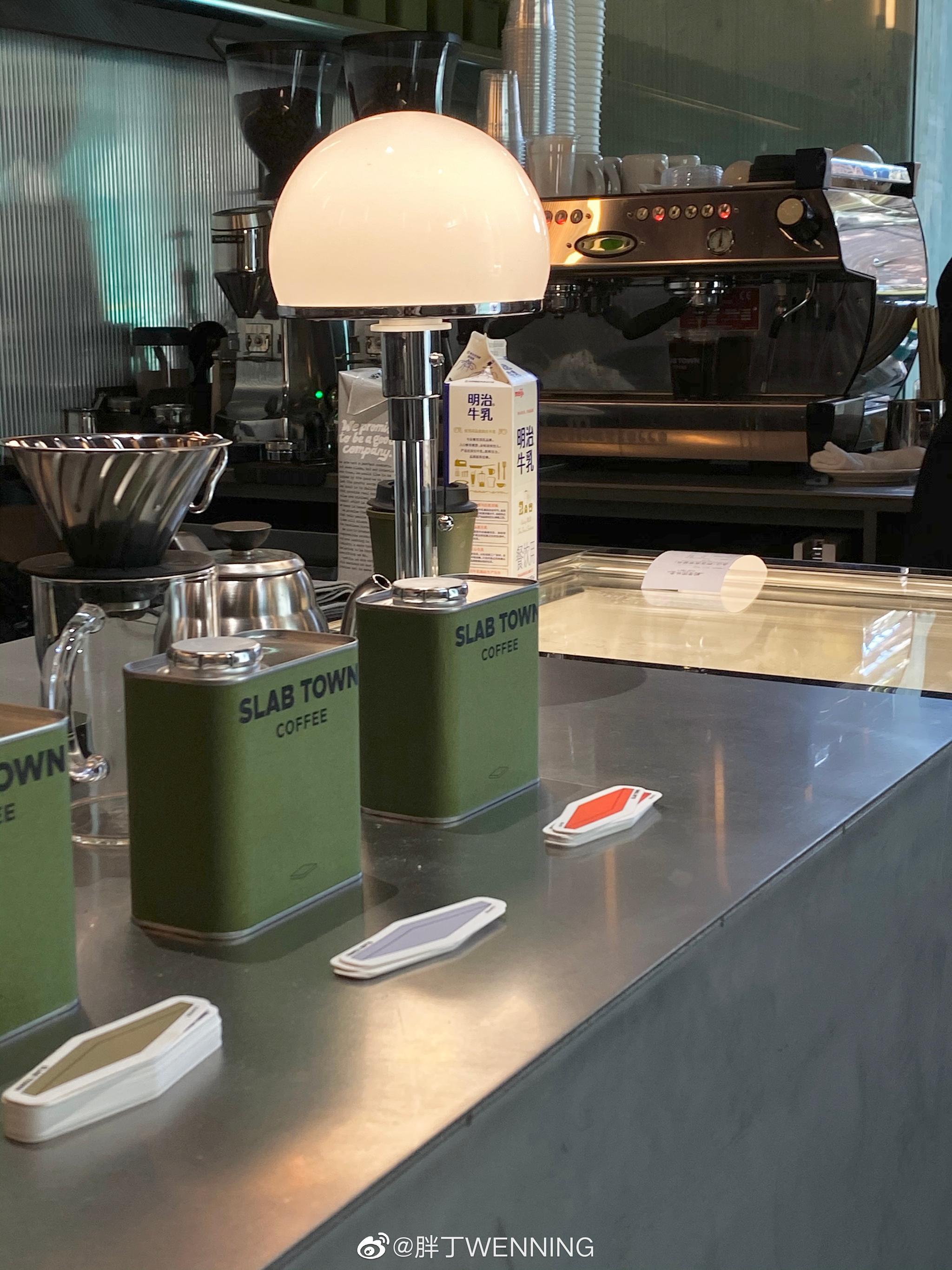 咖啡狂魔的探店 上海 SLAB TOWN一家不大但却错落有致充满军绿色