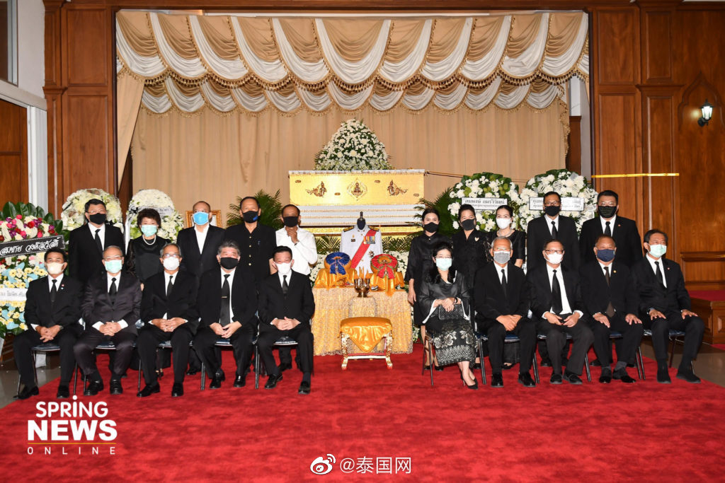 泰国前总理他信、英拉送花圈悼念前外长