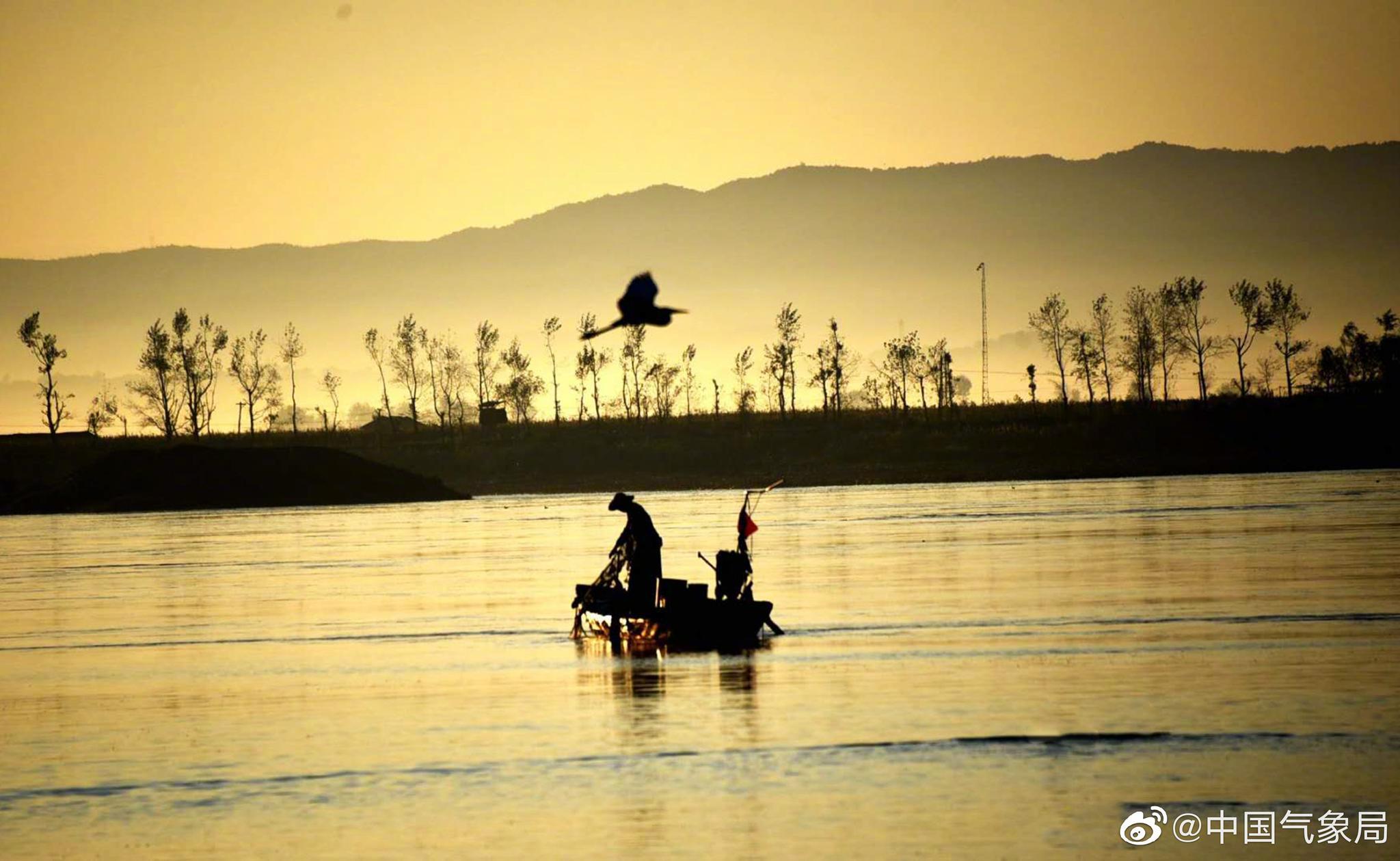 好美的剪影傍晚时分,落日余晖映射鸭绿江畔
