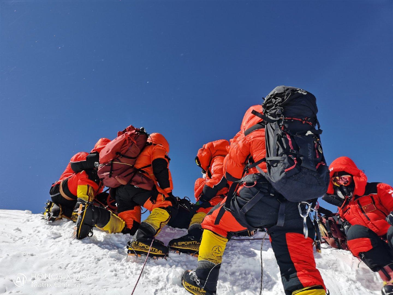 你知道这些成功登顶珠峰的照片是用手机拍摄的吗