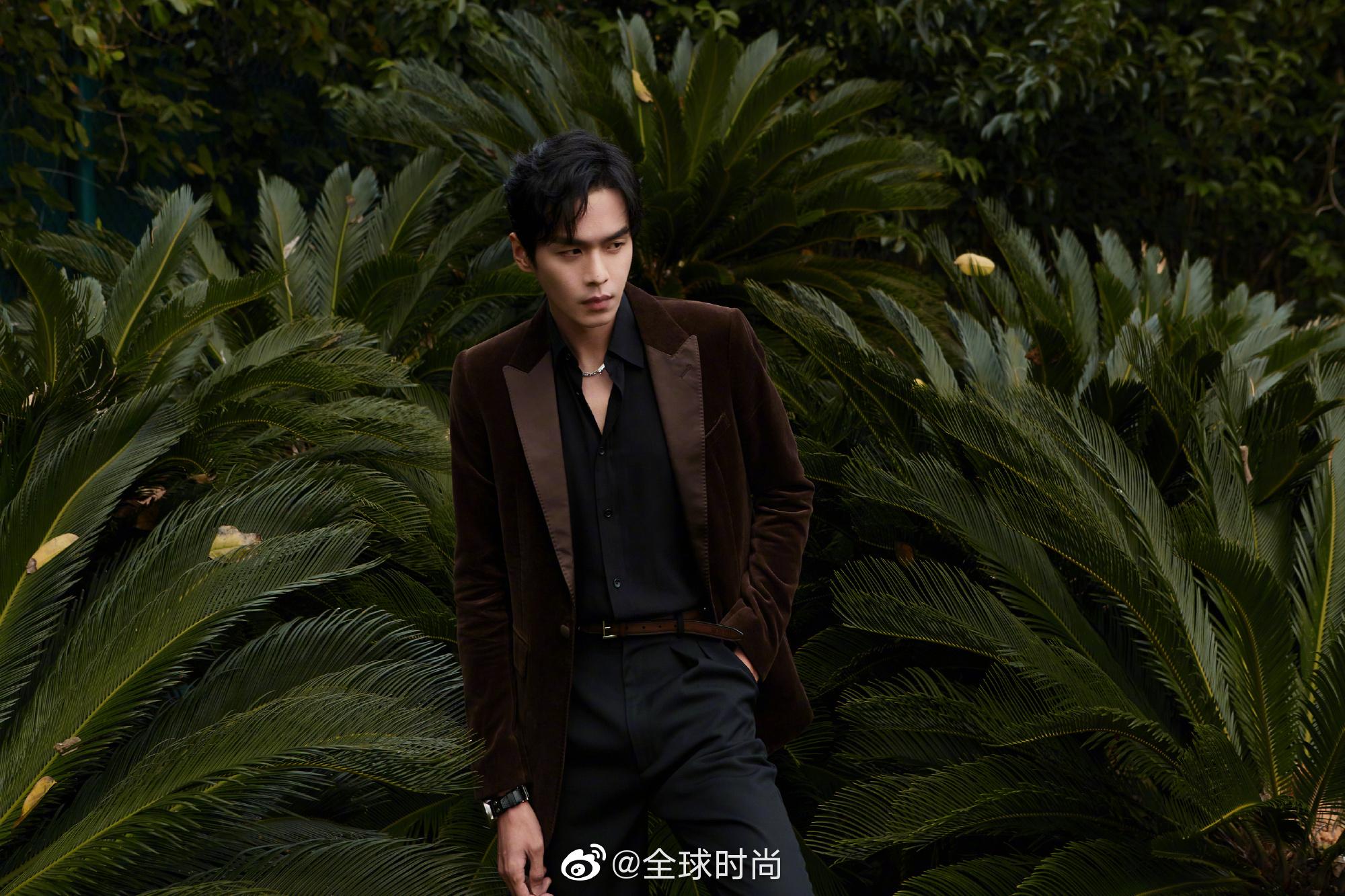 身穿棕色系外套的他搭配黑色v领衬衫 超级复古的即视感 没有多余的修