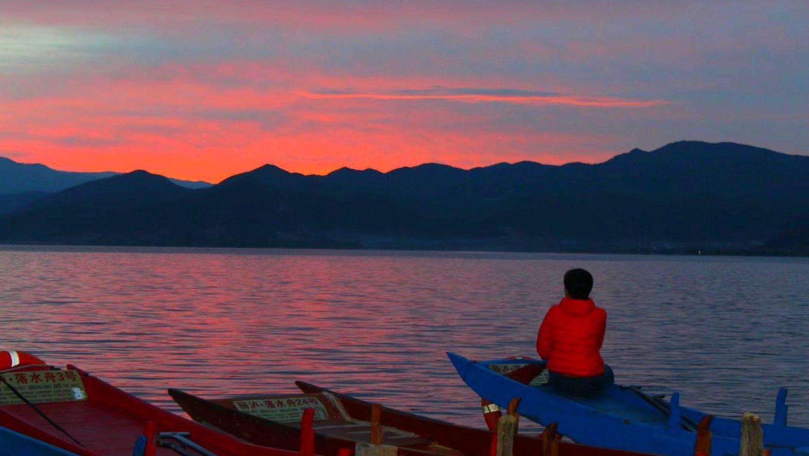 落日余晖,湖光山色,最美不过泸沽湖的夕阳红。