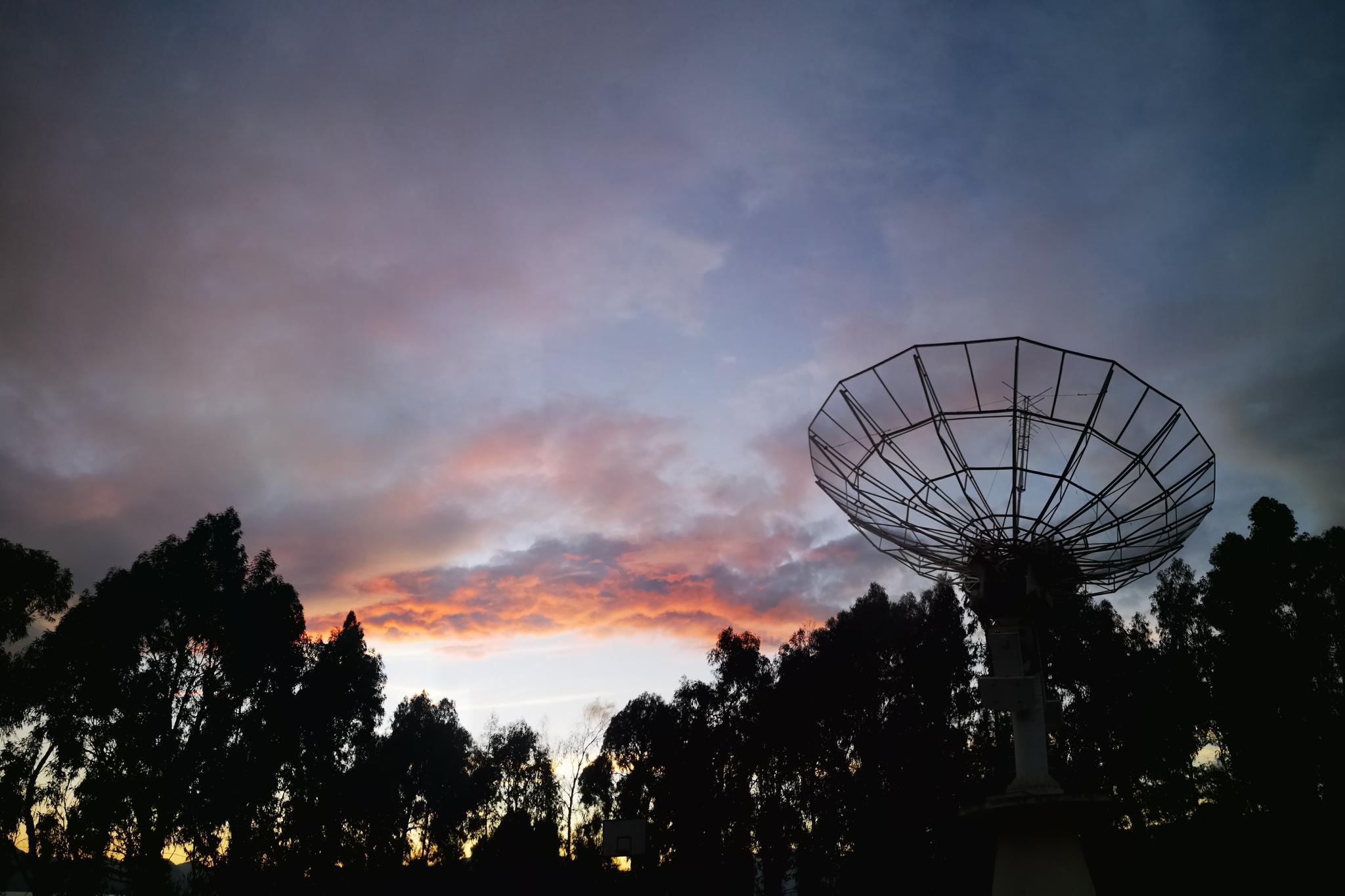 这里是抚仙湖!夕阳西下的霞光,还有彩虹可见!旁边是射电望远镜